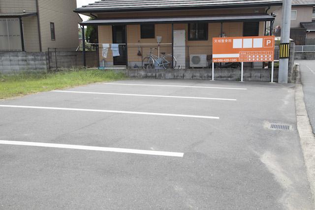 駐車場のオレンジ看板